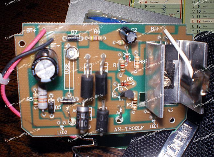 chargeur batterie titan ttb444chr